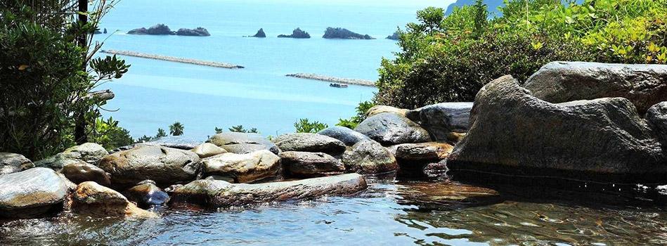 海を眺めながら露天風呂温泉を満喫