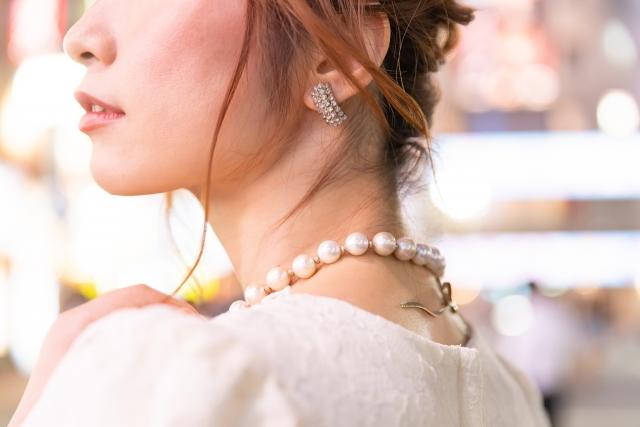 真珠のネックレスをつけた女性