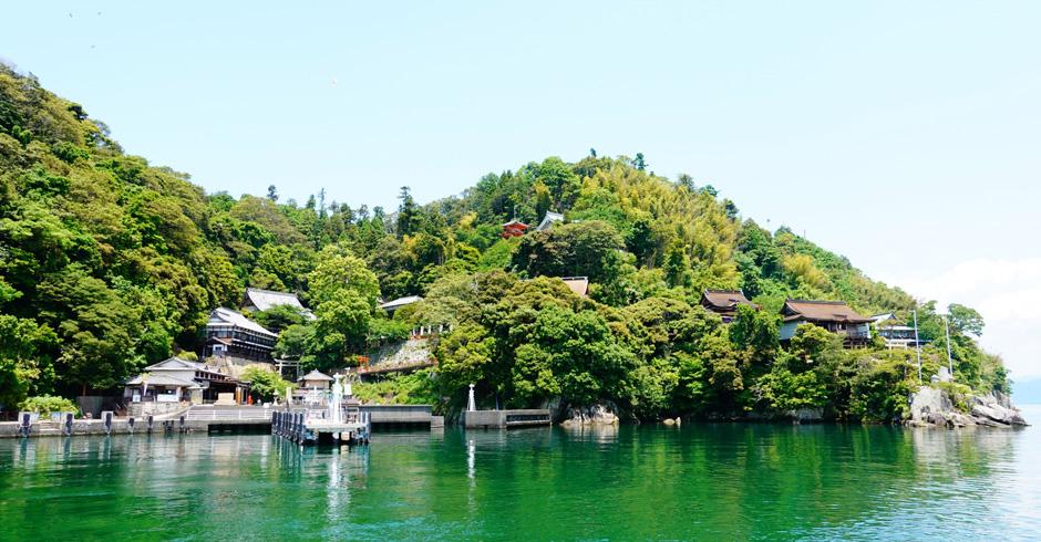 関西でも有数のパワースポットのひとつ。琵琶湖に浮かぶ「竹生島(ちくぶじま)」を紹介