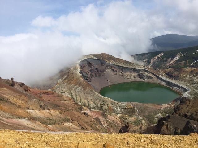 お釜噴火口と雲